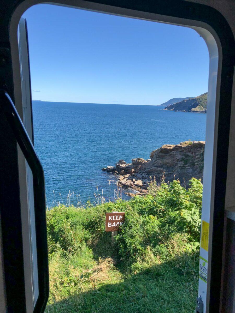Ausblick aus der Tür des Wohnmobils auf die Bucht