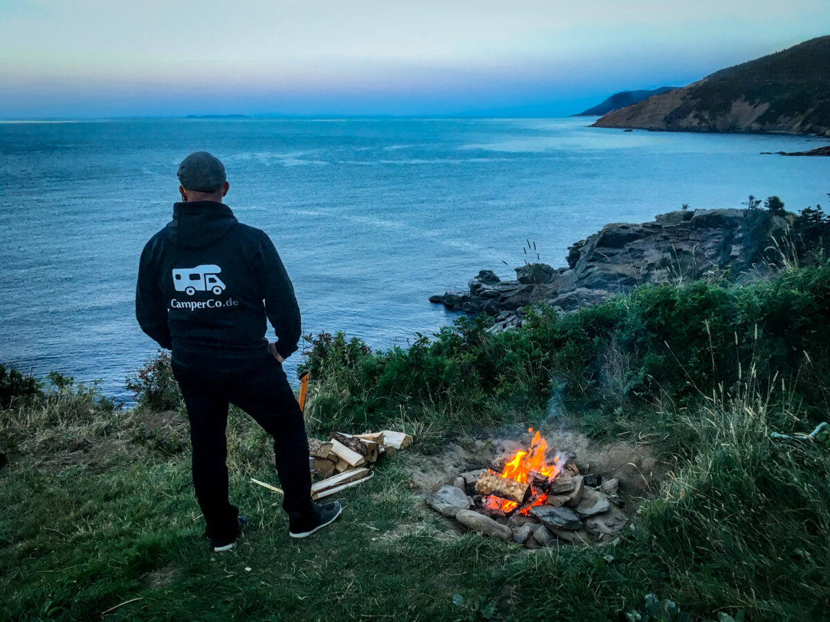 Lagerfeuer in Meat Cove in der Dämmerung