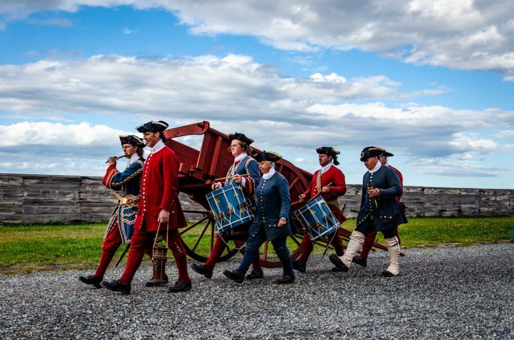 Die Abendpatroullie im Fortress of Louisbourg mit Trommeln und Flöte