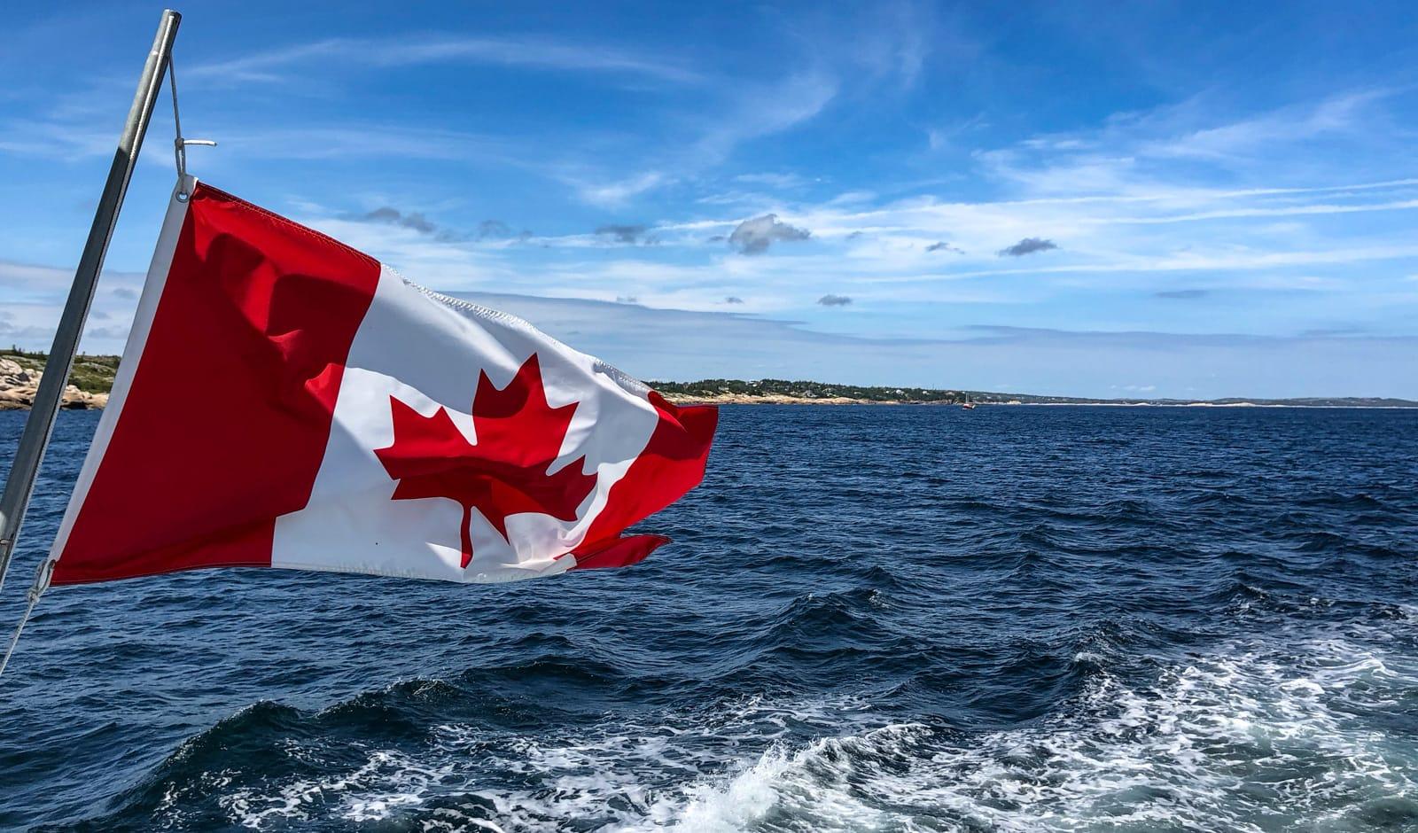 Kanada-Flagge am Heck des Schiffes im Wind