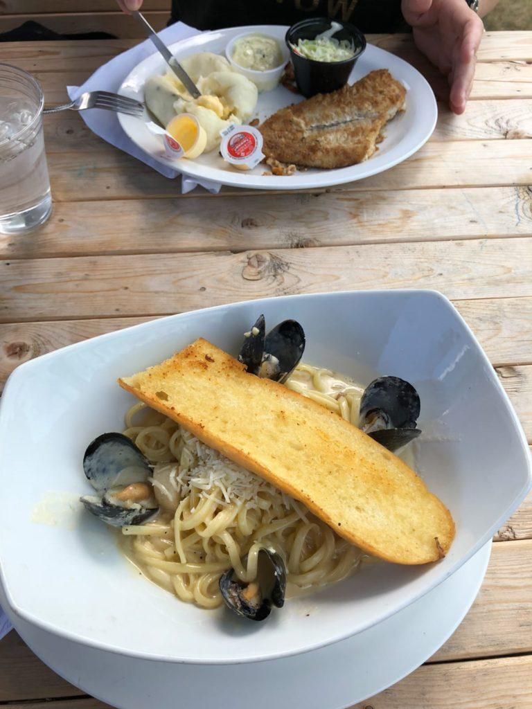 Teller mit Seafood auf einem Holztisch