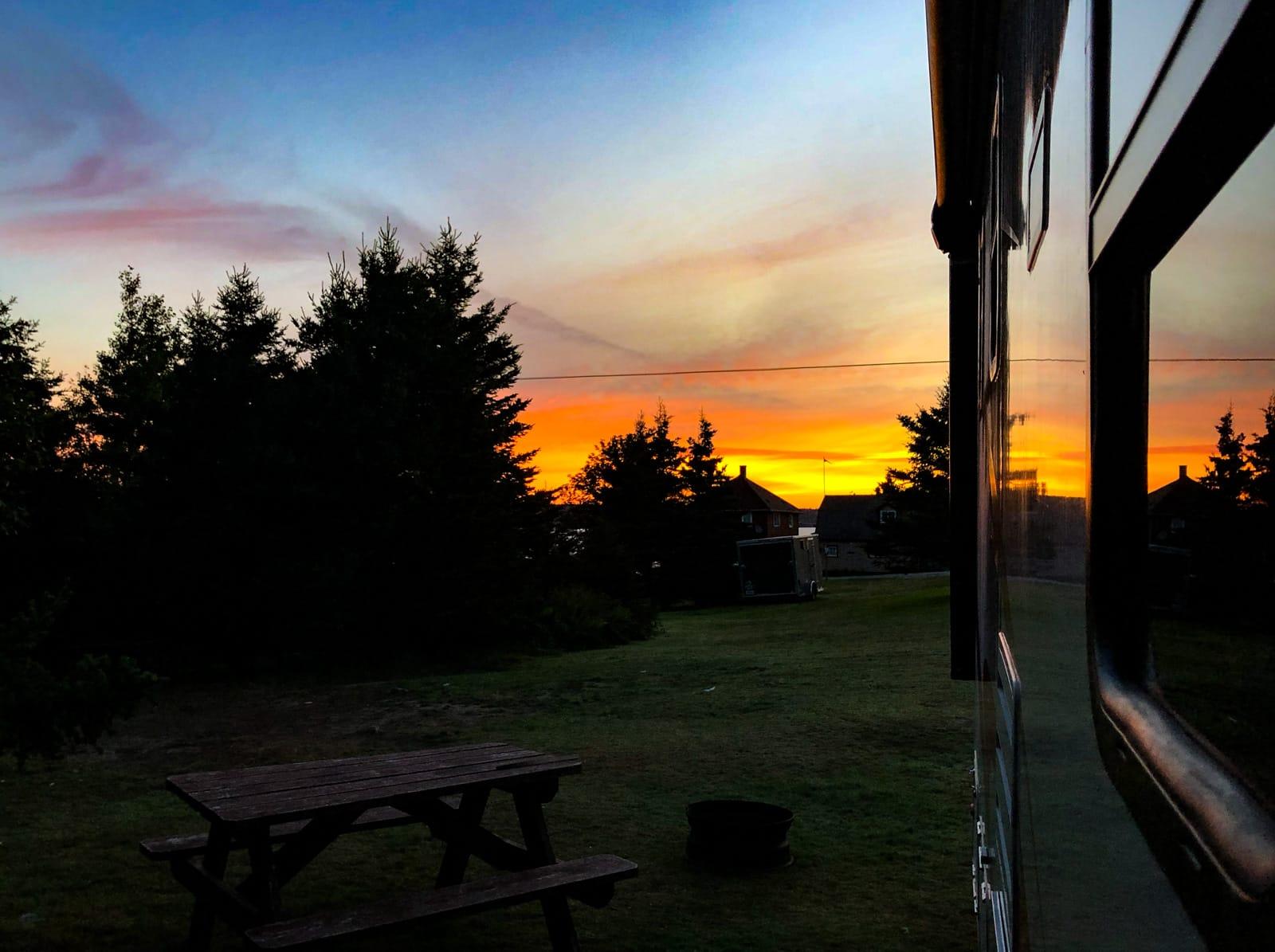Sonnenaufgang mit Spiegelung im Wohnmobil