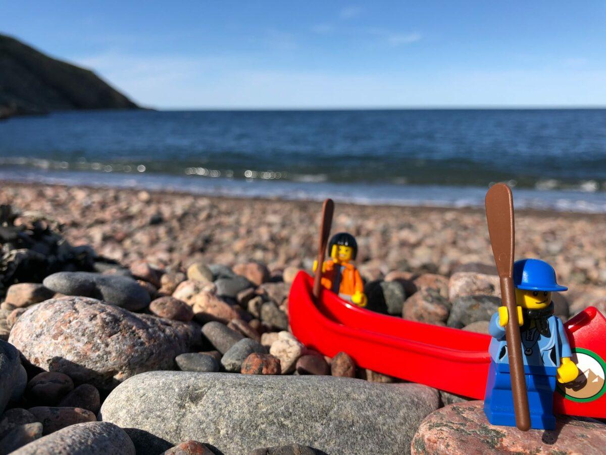 Legofiguren auf Kiesstrand