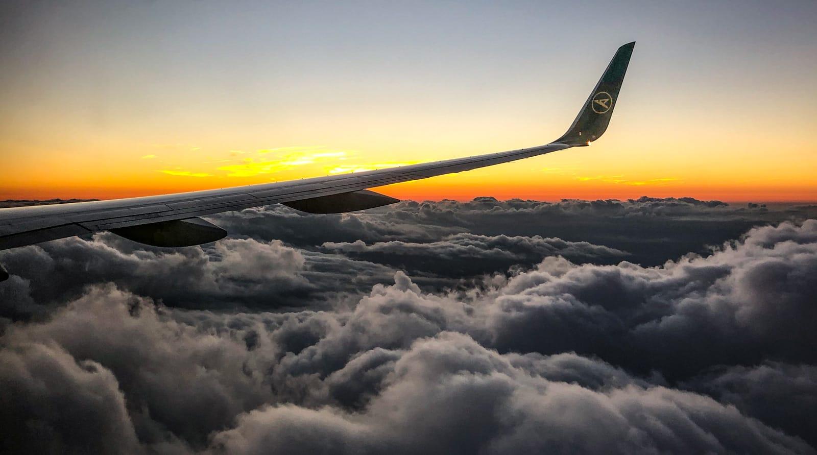 Toller Ausblick mit Flügel und Wolken im Sonnenuntergang beim Anflug auf Halifax